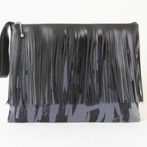 Clutch mit Fransen blaugrau mit schwarz, geometrisches Muster, mit Handschlaufe